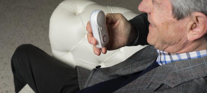 Das Notrufgerät Helpy Oops für ältere Menschen: eine wirkliche Hilfe für Familien